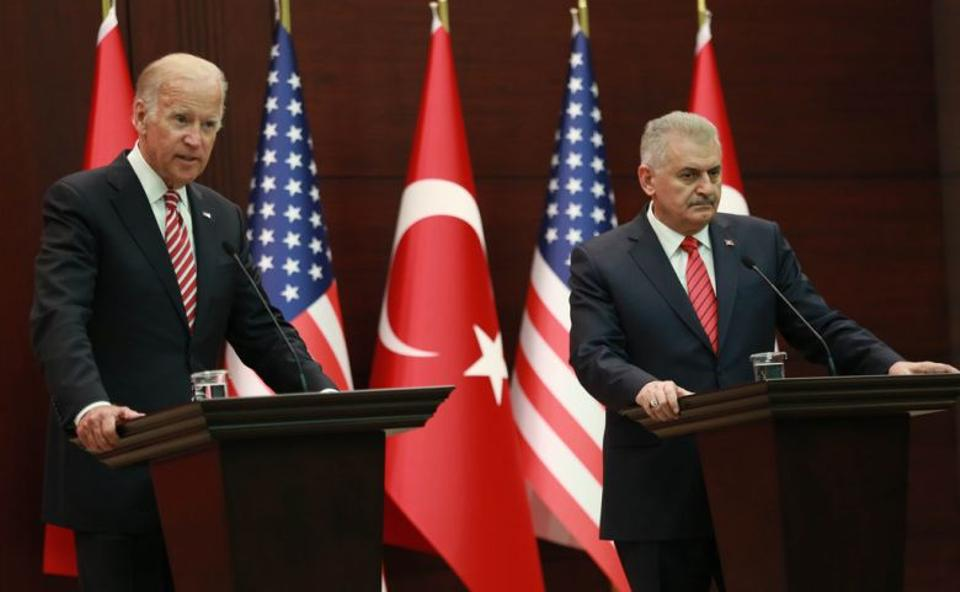 Turkish Prime Minister Binali Yildirim (R) and US Vice President Joe Biden (L) hold a joint press conference following their meeting on August 24, 2016 at the Cankaya Palace in Ankara.