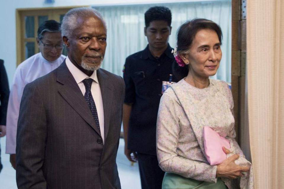 Former UN secretary general Kofi Annan (L) and Myanmar State Counsellor and Foreign Minister Aung San Suu Kyi (R) arrive at the National Reconciliation and Peace Centre in Yangon on September 5, 2016.