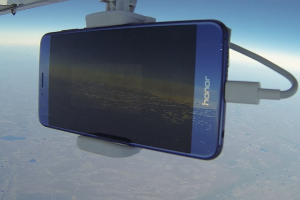 The Huawei Honor 8 smartphone attached to a balloon, September 5, 2016 Image: Honor 8.