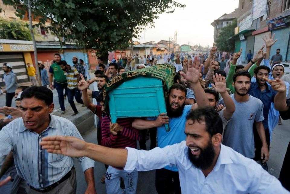 Kashmiri men carry a coffin containing the body of Abdul Qayoom, a civilian whose family said was beaten by Indian police on Friday and had succumbed to his injuries at a hospital, during his funeral in Srinagar, September 10, 2016. (Reuters)