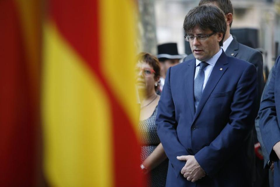 President of the Catalan regional Government Carles Puigdemont sings the official national anthem during a ceremony at the Rafael de Casanovas monument in Barcelona on September 11, 2016. (AFP)