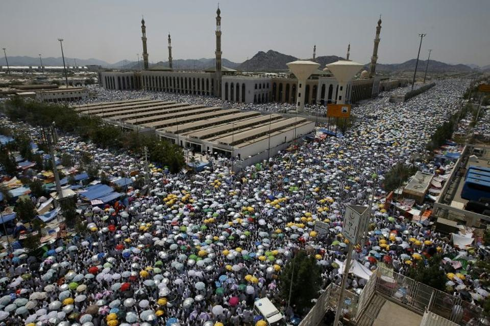 Muslim pilgrims gather to perform noon and afternoon prayers at Namira Mosque in Mount Arafat, southeast of the Saudi holy city of Mecca, on September 11, 2016.