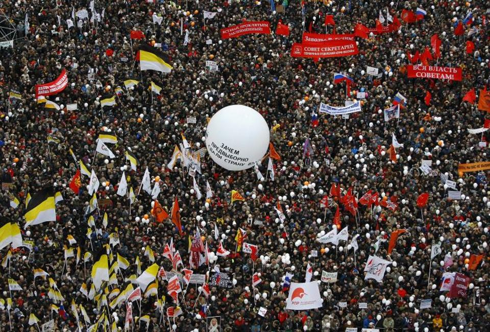 Protesters gather together to protest against alleged vote rigging in Russia's parliamentary elections on Sakharov avenue in Moscow, Russia, Dec. 24, 2011. (AP Archive)