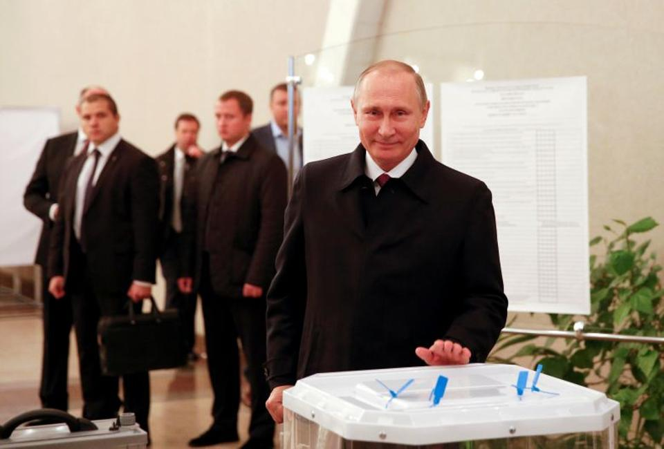 Russian President Vladimir Putin visits a polling station during a parliamentary election in Moscow, Russia, September 18, 2016. (Reuters)