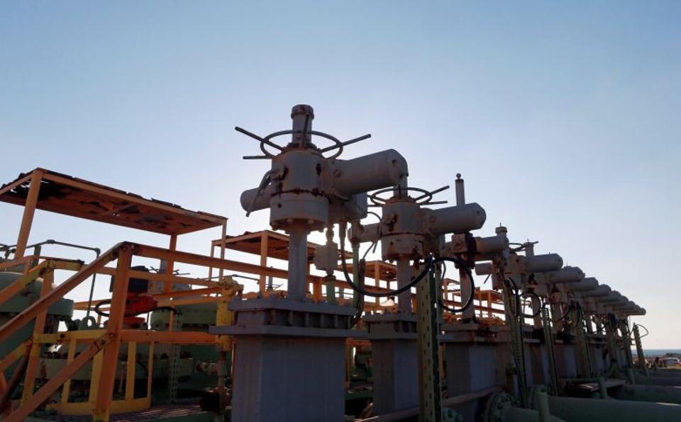 Pipelines are seen in the Zueitina oil terminal in Zueitina, west of Benghazi, Libya September 14, 2016. (Reuters)