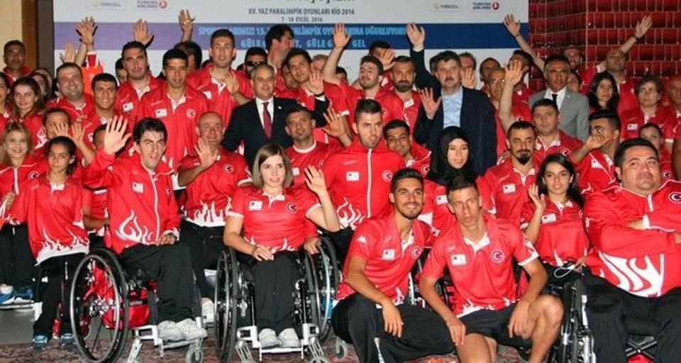 Youth and Sports Minister Akif Çağatay Kılıç poses with Turkey's Paralympics team.