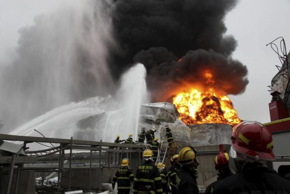 Firefighters try to extinguish a fire at a petrochemical plant in Zhangzhou, Fujian province, April 7, 2015. Photo by Reuters