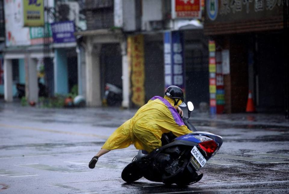 Typhoon Megi killed at least four people and injured many others, Hualien, eastern Taiwan, September 27, 2016. (Reuters)