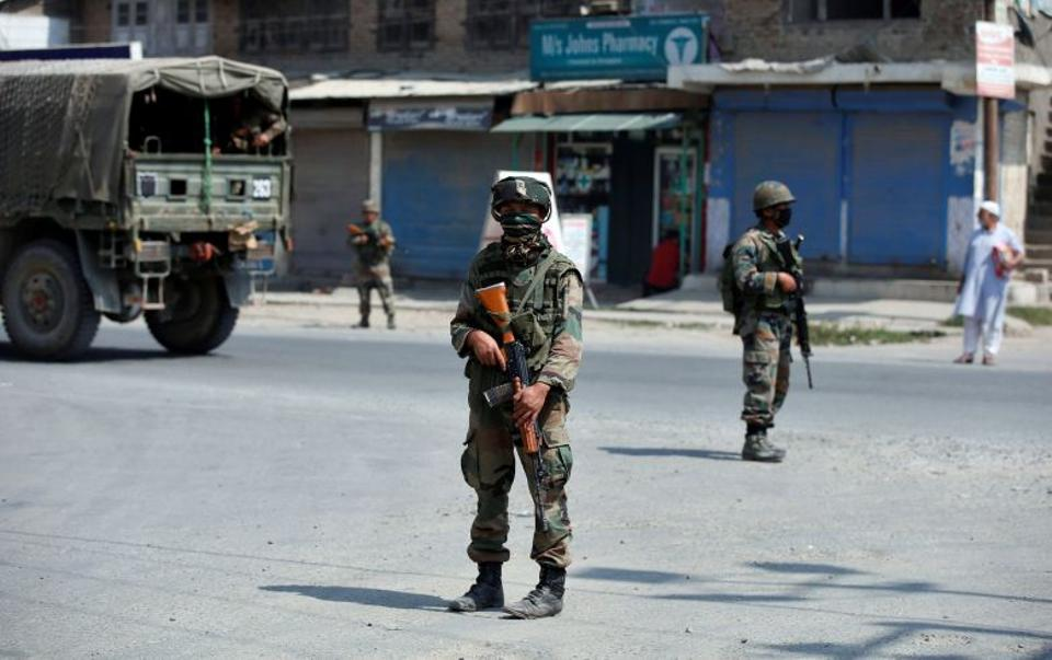 Indian soldiers standing guard on a street in Indian-administered Kashmir, September 21, 2016.