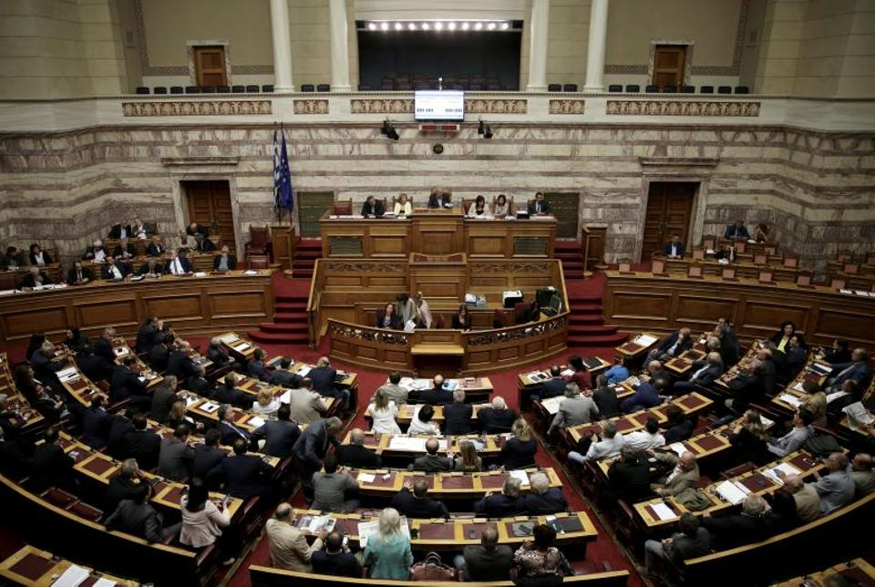 Greek lawmakers attend a parliamentary session before a vote for an omnibus bill cutting spending on pensions, speed up privatisations and reform the electricity market, in Athens, Greece, September 27, 2016. (Reuters)