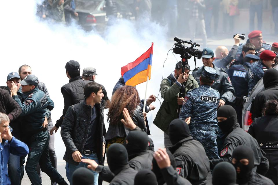 Law enforcement officers disperse the crowd as participants of the rally protest against the appointment of ex-president Serzh Sarksyan as the new prime minister and demand an early parliamentary election in Yerevan, Armenia April 22, 2018.