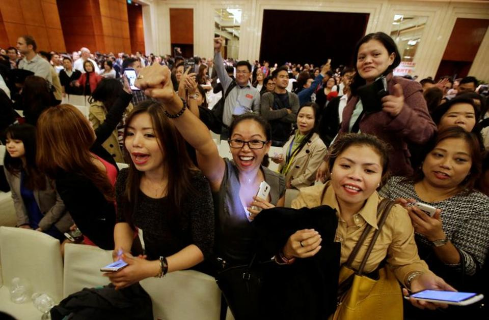 Members of the Filipino community react after a meeting with their president Rodrigo Duterte (unseen) at a hotel in Beijing, China October 19, 2016. (Reuters)