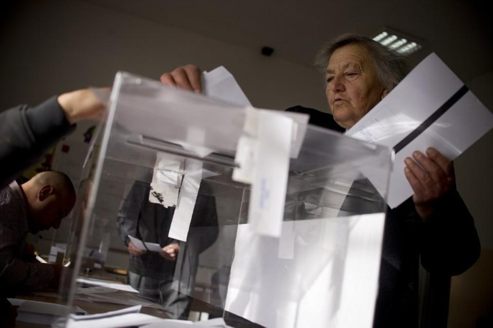 A woman casts her ballot at a polling station during the presidential elections in the village of Seslavtsi near Sofia on Nov. 6, 2016. (AFP)