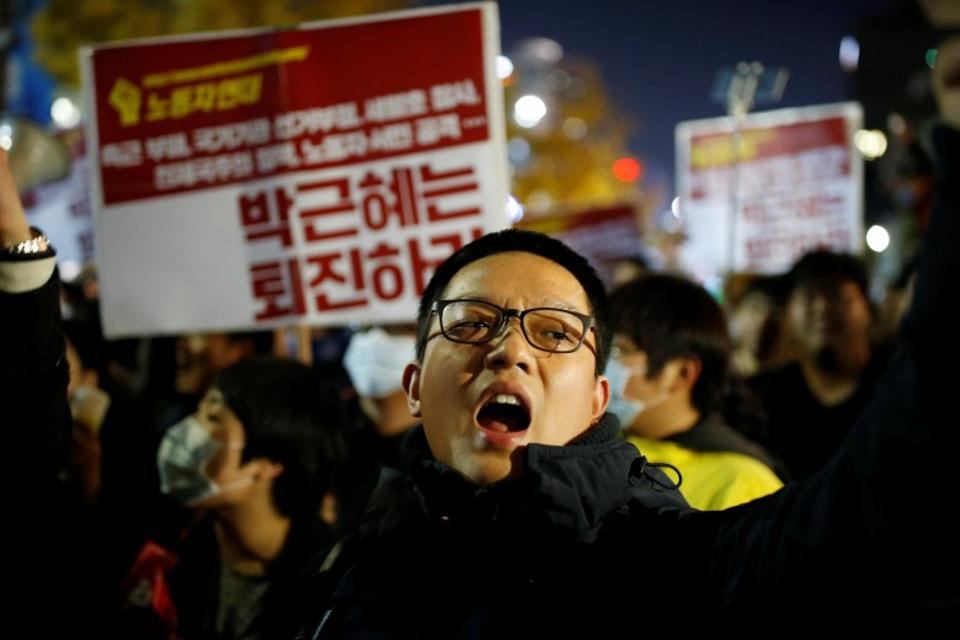 Tens of thousands of South Koreans took to the streets on Saturday, calling for the president's resignation amid a growing influence-peddling scandal. (Reuters)