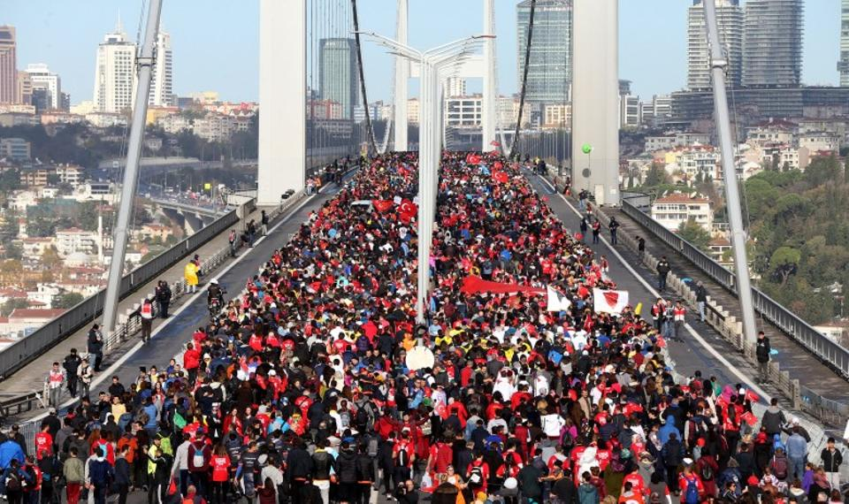 A free 8km Heroes Run saw people casually race or just walk along the Bosphorus. Istanbul, Turkey, November 13, 2016. Image: AA.