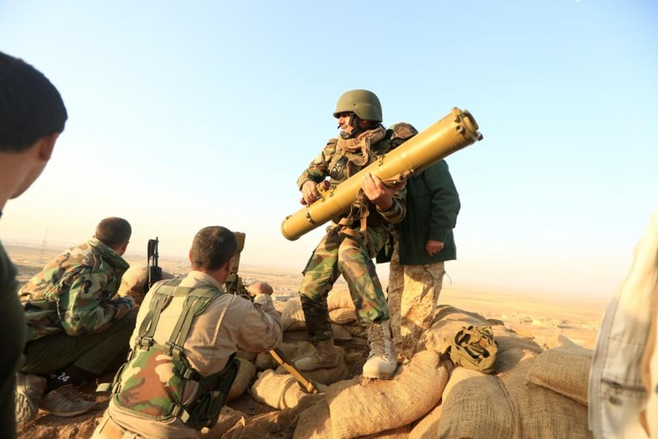 Kurdish peshmerga forces prepare an anti-tank missile targeting Daesh facilities in the town of Naweran near Mosul, Iraq. (Reuters)