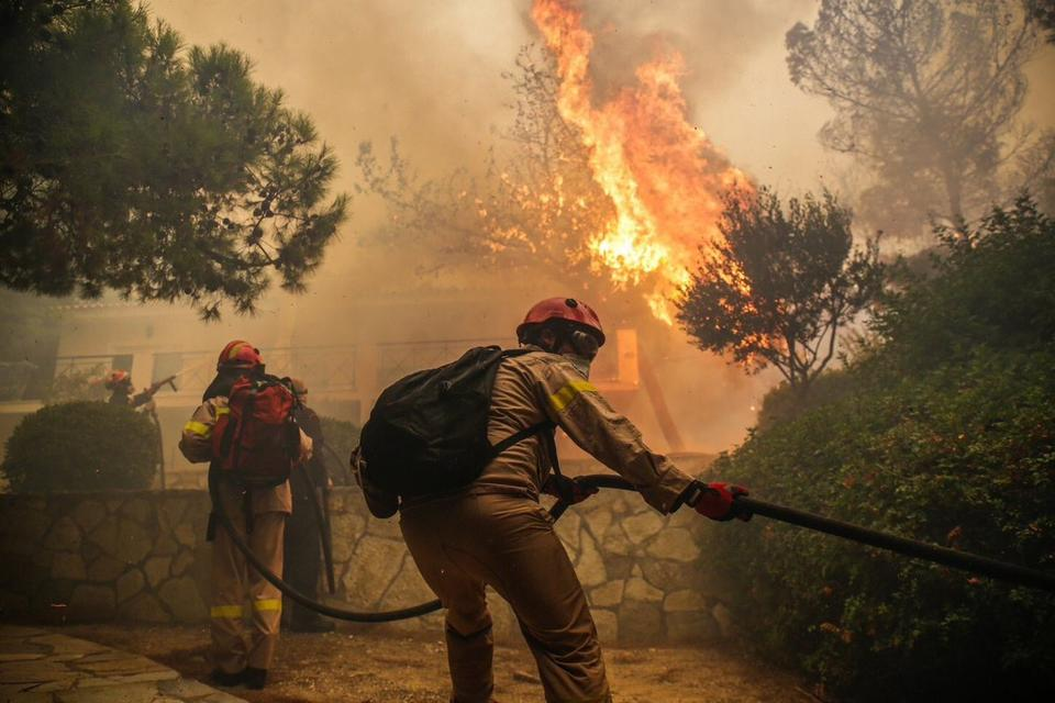 Off-duty firemen took initiative and rushed to the affected areas.