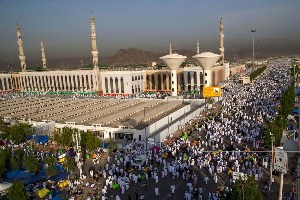 Les pèlerins musulmans passent devant la mosquée Namirah sur le mont Arafat lors du pèlerinage annuel du Hajj devant la ville sainte de La Mecque, en Arabie Saoudite, lundi 20 août 2018.