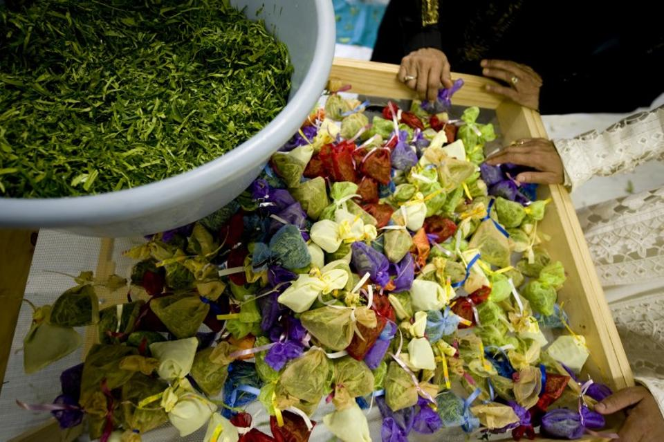 The ceremony of Rampies-sny involves cutting lemon and orange leaves, soaking them in rose and lemon water and packing them in small sachets to be gifted to the men in the South African community.