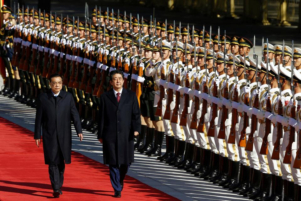 Chinese Premier Li Keqiang and Japanese Prime Minister Shinzo Abe attend a welcome ceremony outside the Great Hall of the People in Beijing, China October 26, 2018.