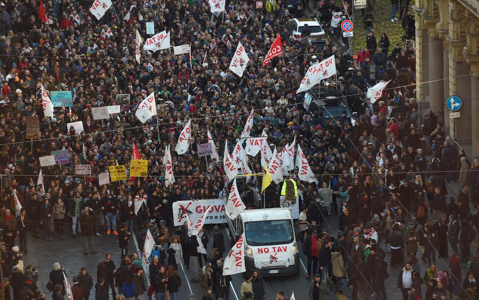 Tens of thousands rallied in Turin to protest against a high speed train project to the French city of Lyon, fiercely opposed by environmentalists, as a waste of public funds. (December 8, 2018)
