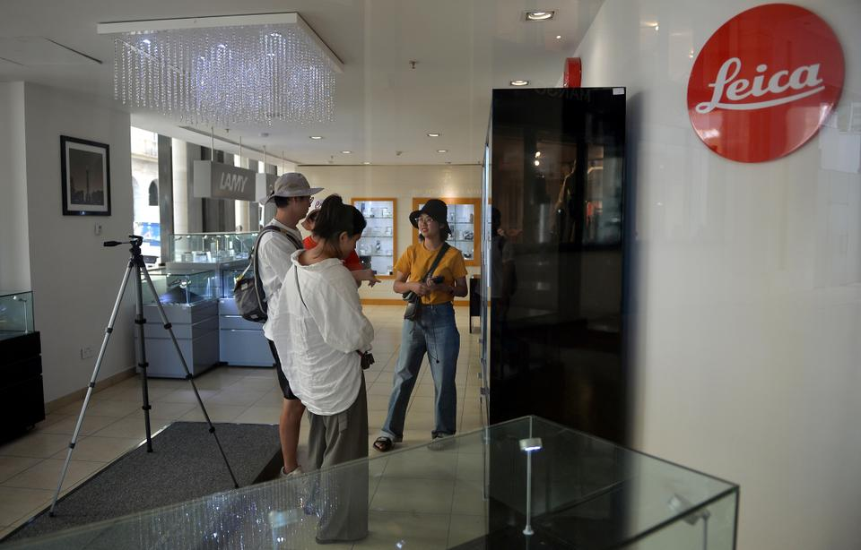 Tourists visit a camera shop at the Gran Manzana Hotel in Havana, on February 6, 2019.