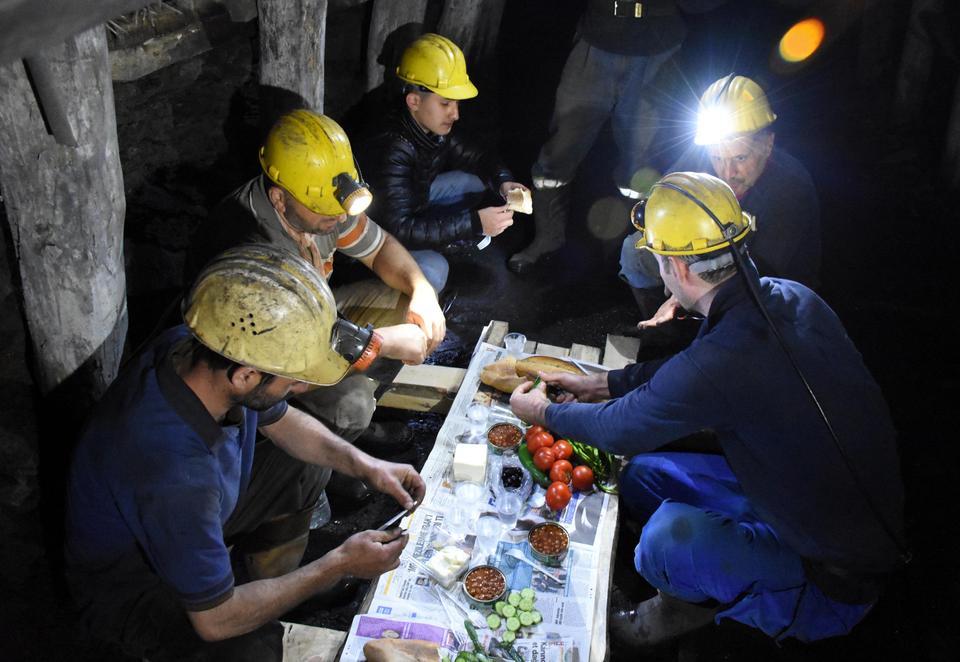 Miners have their first Suhoor meal in Turkey's Black Sea province of Zonguldak [ Ferdi Akıllı/Anadolu Agency]