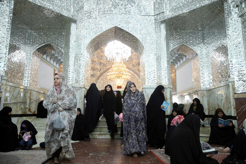 Iranians visit the shrine of the Shia Saint Imam Abdulazim in Shahr-e-Ray prior to the month of Ramadan, south of Tehran, Iran [Ebrahim Noroozi/AP Photo]