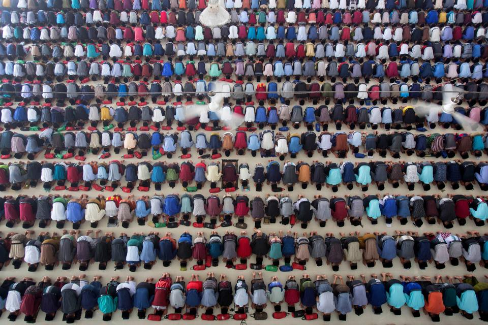 Students partake in the mid-day prayer during the first day of the holy fasting month of Ramadan at Ar-Raudlatul Hasanah Islamic Boarding School in Medan, North Sumatra, Indonesia [Binsar Bakkara/AP Photo]