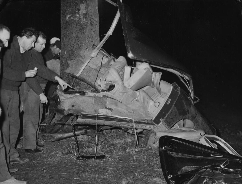 Alber Kamü 4 yanvar 1960-cı ildə kiçik Villeblevin qəsəbəsində, Sens yaxınlığındakı Le Grand Fossardda baş verən avtomobil qəzasında 46 yaşında vəfat etmişdi.