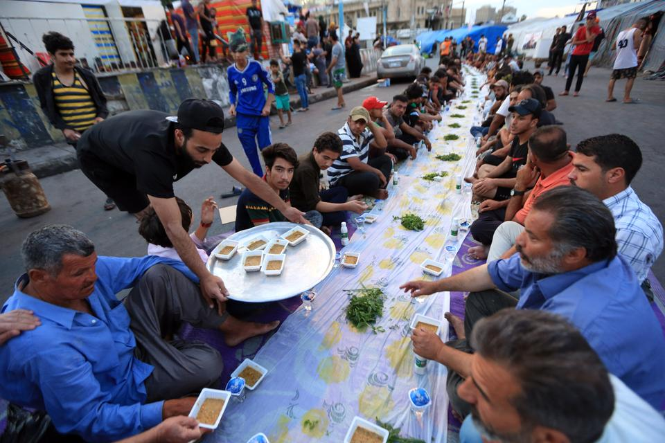 Anti-govt protesters gather for iftar dinner in Baghdad, Iraq on April 26, 2020.