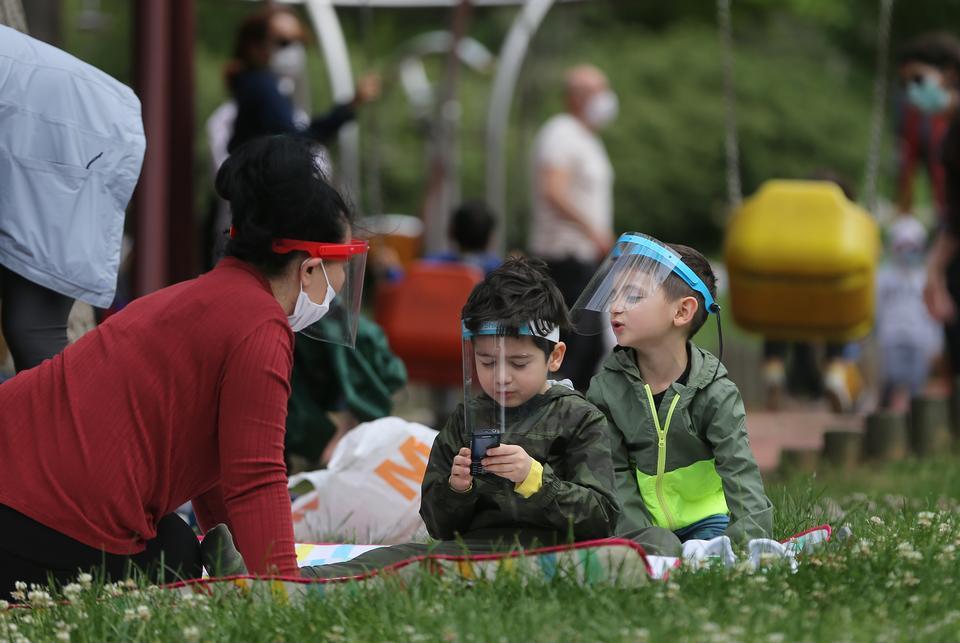 2020年5月13日,土耳其伊斯坦布尔,孩子们在麦琪卡民主公园玩耍。