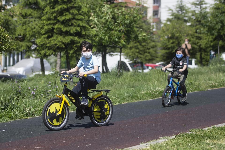 2020年5月13日,在土耳其埃迪尔内的巴里斯公园,孩子们骑自行车