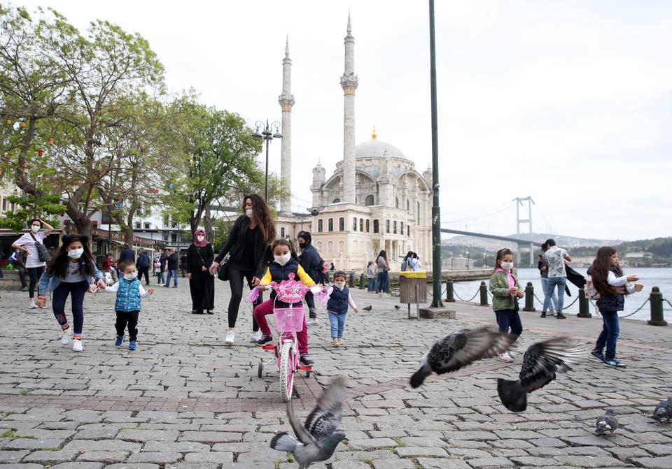 2020年5月13日,在土耳其伊斯坦布尔,孩子们在奥塔科伊广场玩耍