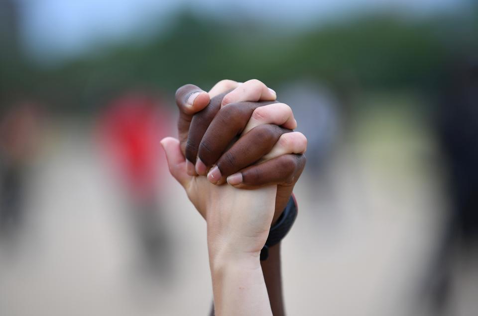 Bir erkek ve bir kadın sırasında Hyde Park'ta havada ellerini tutun bir