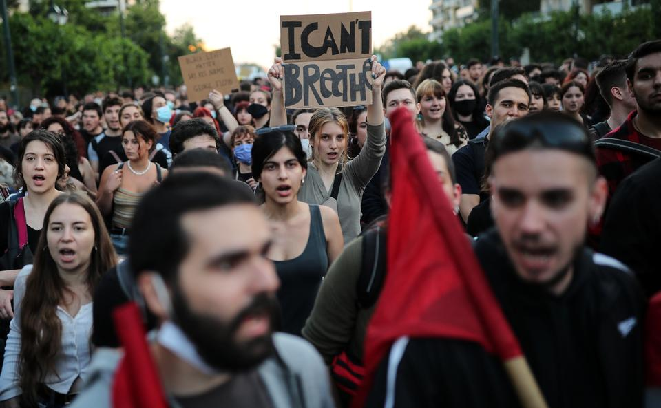 Bir protestocu afişini okuyor