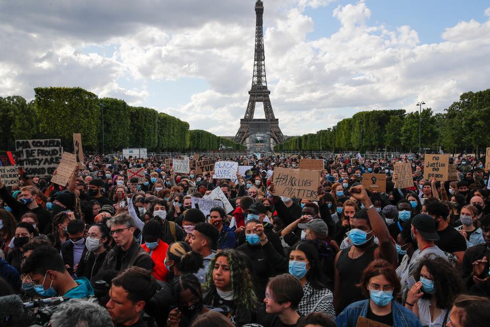 Eyfel Kulesi 6 Haziran 2020 Cumartesi günü Paris, Fransa'da bir gösteri sırasında arka planda görüldüğü için yüzlerce gösterici Champs de Mars'ta bir araya geliyor.