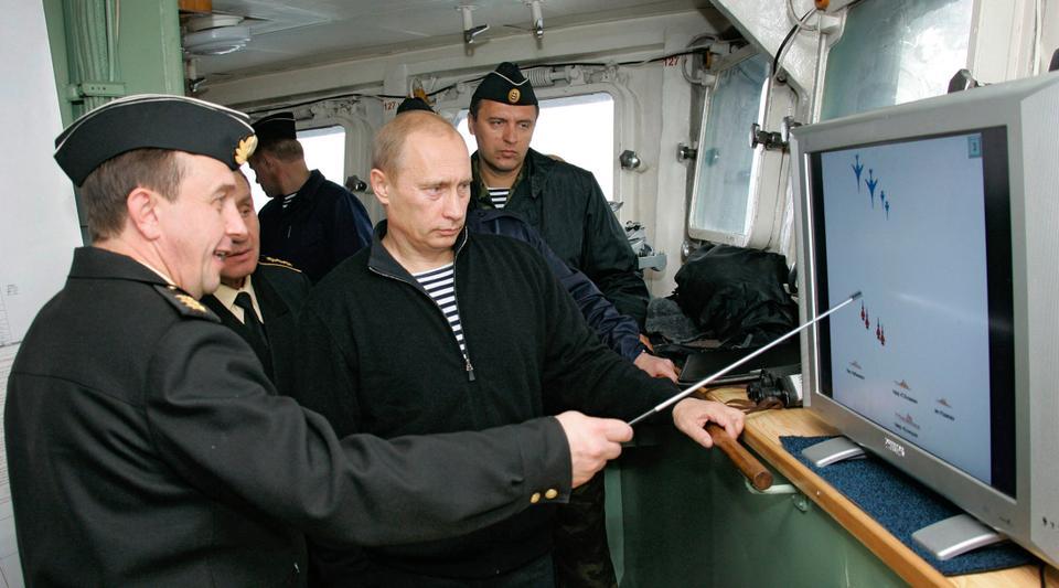 Dosya Fotoğraf: Rusya Devlet Başkanı Putin, 17 Ağustos 2005 tarihinde nükleer füze kruvazörü Pyotr Veliky'de Rusya'nın Kuzey Kutbu'ndaki askeri tatbikatlara katılırken açıklamaları dinliyor.