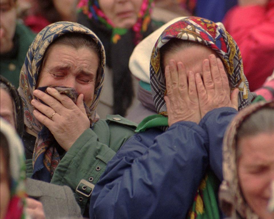 30 Ocak 1996 Salı günü Tuzla'da düzenlenen ve sevdiklerinin Bosnalı Sırp esaretinden kurtulmalarını isteyen bir gösteri sırasında Doğu Bosnalı Srebrenica yerleşim bölgesinden Bosnalı kadınlar.