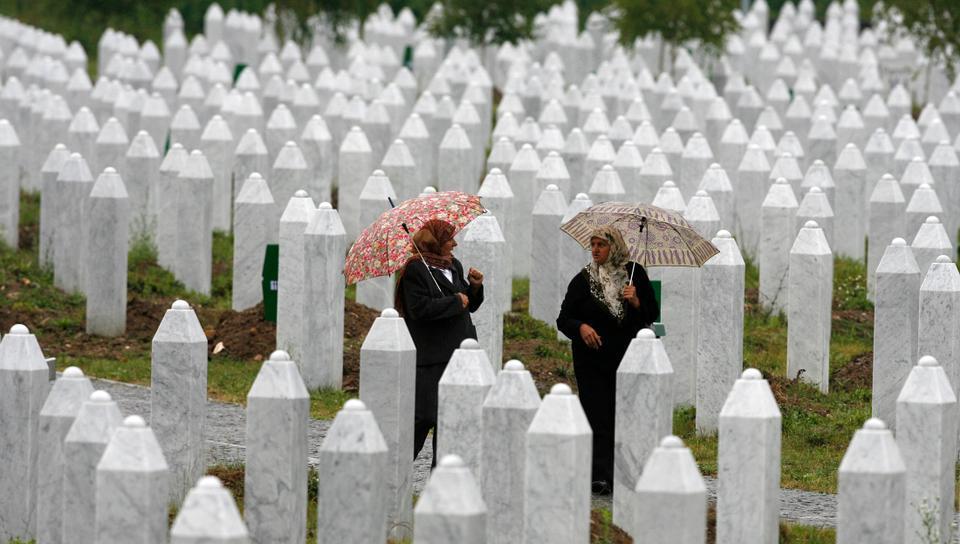1995 Srebrenica katliamında akrabalarını kaybeden Bosnalı kadınlar 22 Temmuz 2008'de Doğu Bosna'daki Srebrenica yakınlarındaki anıt mezarlığı Potocari'nin içinde yürüyorlar.