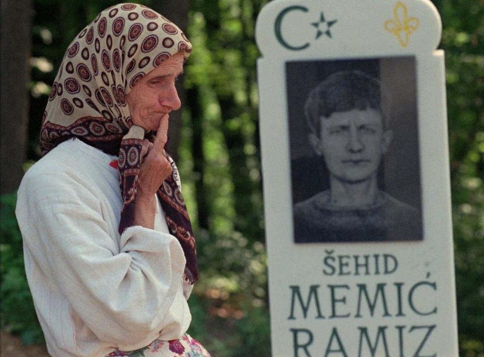 Bosnalı Müslüman Suhra Memiç, oğlunun mezar taşını 11 Temmuz 1997 Cuma günü Tuzla'nın 28 kilometre doğusundaki Zaseok köyünde ziyaret etti.