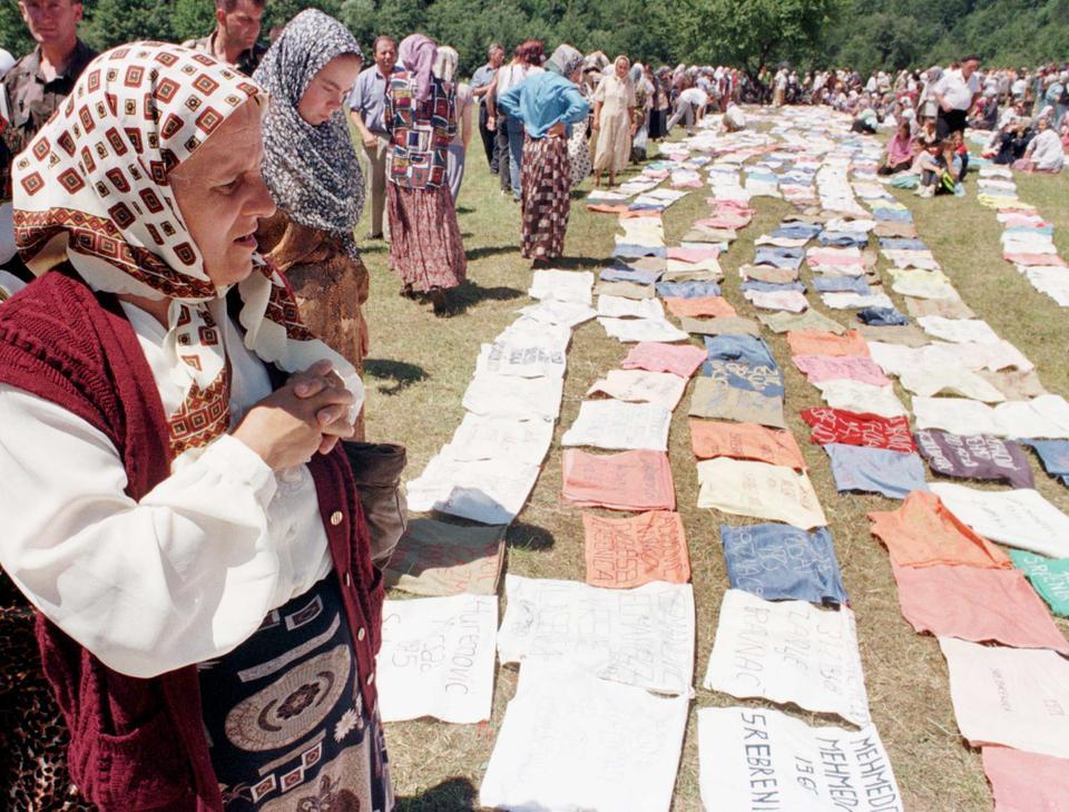 Srebrenica'dan gelen Bosnalı Müslüman mülteciler, 18 Temmuz 1998 tarihli bu dosya fotoğrafında kayıp akrabalarının isimlerini taşıyan bir afişe ağlıyorlar.