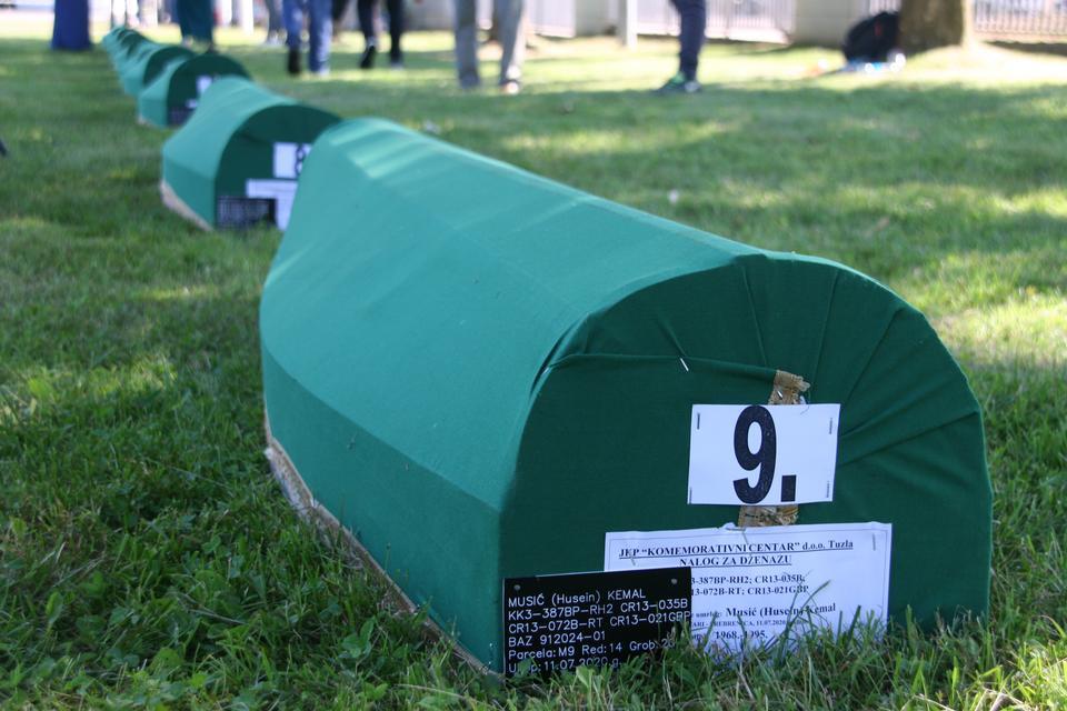 Geçen yıl tespit edilen Srebrenica soykırım kurbanlarının dokuz tabutu, 11 Temmuz 2020'de katliamın 25. yıldönümünde cenaze törenine hazırlanıyor.