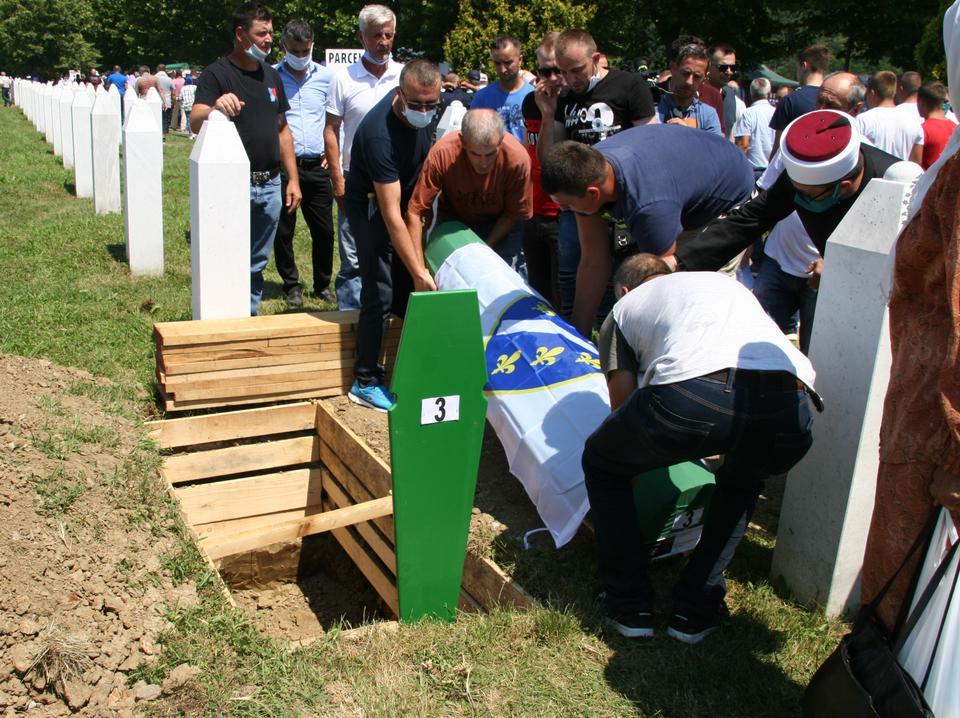 Bir Srebrenica soykırımı kurbanının kalıntılarını içeren bir tabut, 11 Temmuz 2020'de Potocari'deki son dinlenme yerine indirildi.