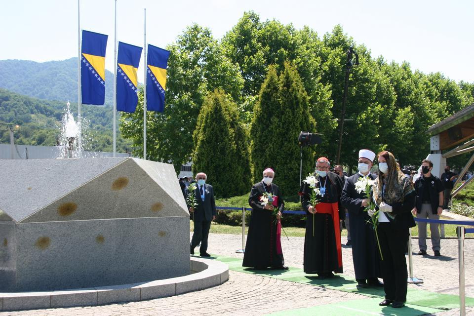 Müslüman, Hıristiyan ve Yahudi liderler, 11 Temmuz 2020'de Srebrenica soykırımının 25. yıldönümü anma törenlerine katılıyorlar.