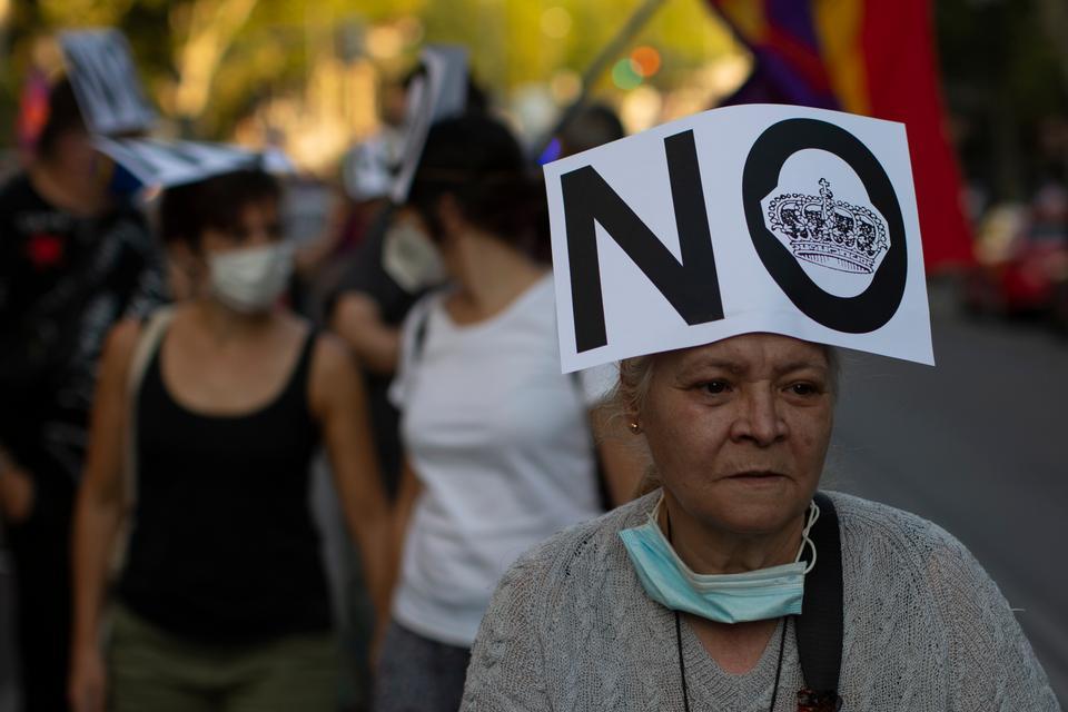 Göstericiler İspanya'nın Madrid kentinde İspanyol Monarşisine karşı bir protesto sırasında yürüyor.
