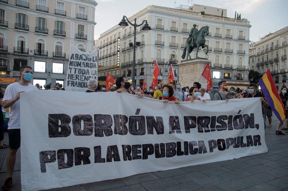 Protestocular bir pankart okuyor