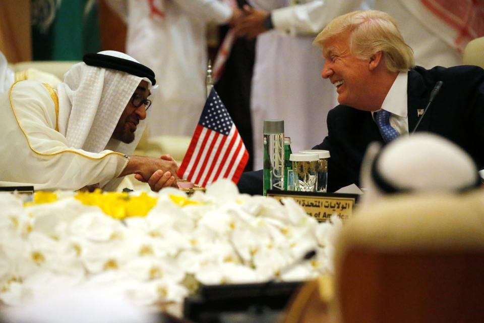 Presiden AS Donald Trump berjabat tangan dengan Putra Mahkota Abu Dhabi dan Wakil Panglima Tertinggi Angkatan Bersenjata UEA Mohammed bin Zayed al-Nahayan saat dia duduk untuk pertemuan dengan para pemimpin Dewan Kerjasama Teluk selama pertemuan puncak mereka di Riyadh, Arab Saudi 21 Mei, 2017.
