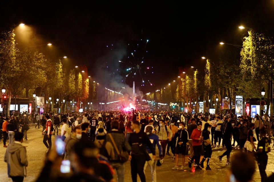 Bayern Münih'in Şampiyonlar Ligi finalinde PSG 1-0 yendikten sonra Paris'te Champs-Elysee'de PSG taraftarları. 23 Ağustos 2020.