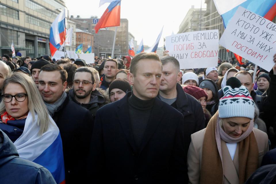 Rus muhalif siyasetçi Alexei Navalny, eşi Yulia ve muhalefet figürü Lyubov Sobol, muhalefet siyasetçisi Boris Nemtsov cinayetinin 5. yıldönümü münasebetiyle ve ülke anayasasında önerilen değişiklikleri protesto etmek için 29 Şubat 2020'de Moskova'da düzenlenen bir mitinge katıldı.